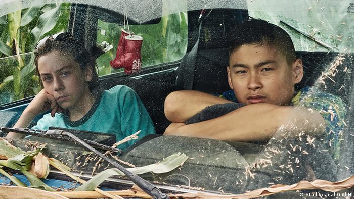 Film Still aus Tschick mit zwei Hauptdarstellern im Auto (Studiocanal GmbH)