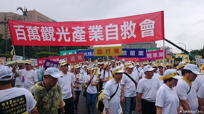 Taiwan Protest von Vertretern des Tourismusgewerbes (DW/Bihui Chiu)