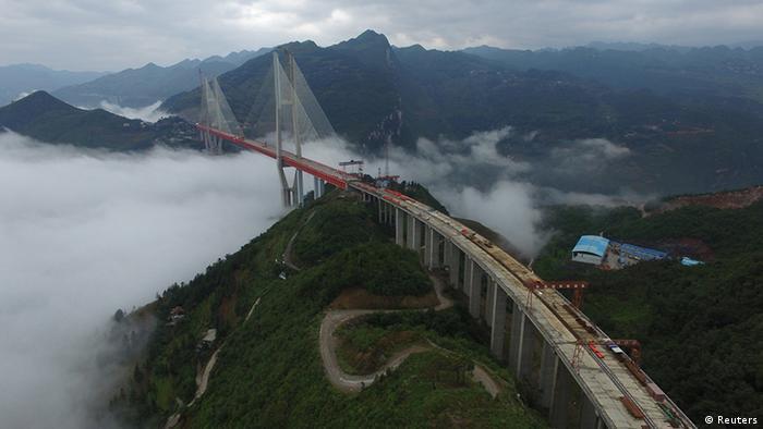 Höchste Brücke der Welt in China so gut wie fertig