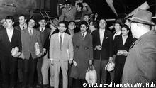ARCHIV - 55 türkische Gastarbeiter kommen am 27.11.1961 auf dem Flughafen in Düsseldorf an. Sie sind die ersten von 400 Bergleuten aus der Türkei, die sich für ein Jahr Arbeit in Deutschland verpflichtet haben. Foto Wolfgang Hub dpa (zu dpa-Themenpaket Anwerbeabkommen) +++(c) dpa - Bildfunk+++ Copyright: picture-alliance/dpa/W. Hub
