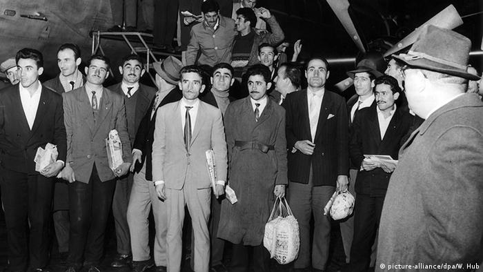 Turkish guest workers arrive in Germany in 1961 (picture-alliance/dpa/W. Hub)