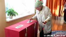 Thema Wahlmanipulationen in Weißrussland, die unser Korrespondent in Mogilew Alexandr Burakow gestern gemacht hat. Auf den Bildern sind eine Wählerin, Mitglieder der Wahlkommission, das Gymnasium, wo die Wahlen stattgefunden haben, und ein Protokol mit Wahlergebnissen. Schlüsselworter: Belarus, Weißrussland, Mogilev, Wahlmanipulationen, Wählerin, Mitglieder der Wahlkommission, Alexandr Burakow. Copyright: DW/M. A. Burakow