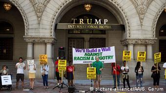 Акция протеста против открытия отеля Дональда Трампа в Вашингтоне