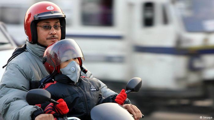 Homem de moto com criança