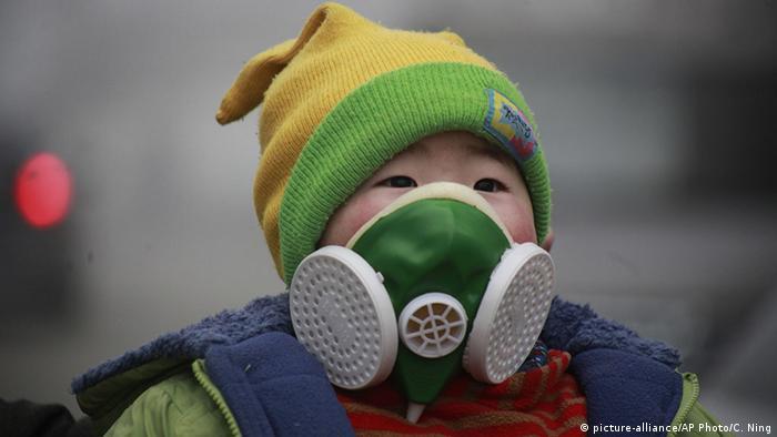 Criança usando máscara de proteção respiratória