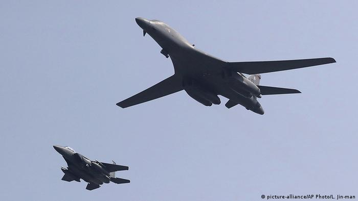 Südkorea US Kampfflugzeuge über Osan Air Base (picture-alliance/AP Photo/L. Jin-man)