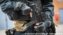 A special forces police officer holds a weapon in Mainz-Hechtsheim, Germany (picture-alliance/dpa/F. Rumpenhorst)