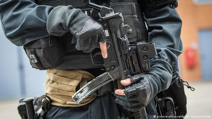 A special forces police officer holds a weapon in Mainz-Hechtsheim, Germany