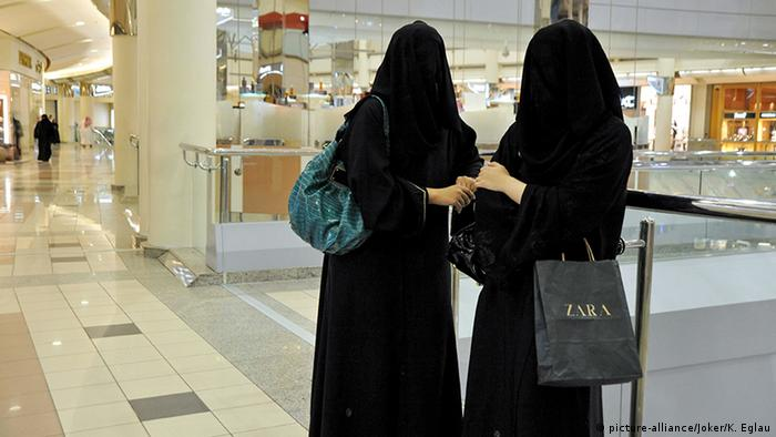 Saudi-Arabien verschleierte Frauen in einer Shopping Mall in Riad (picture-alliance/Joker/K. Eglau)