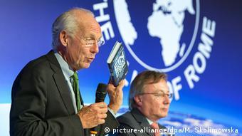 Die beiden Autoren Jorgen Randers und Graeme Maxton bei der Buchvorstellung des Club of Rome (Foto: Dpa)
