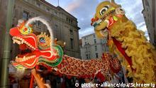 Chinesisches Mondfest mit bunten Drachen Hamburg Deutschland