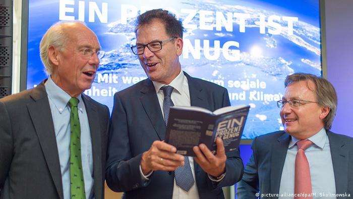 Buchvorstellung Club of Rome Ein Prozent ist genug mit Gerd Müller und den beiden Autoren Jorgen Randers und Graeme Maxton (Foto: dpa)