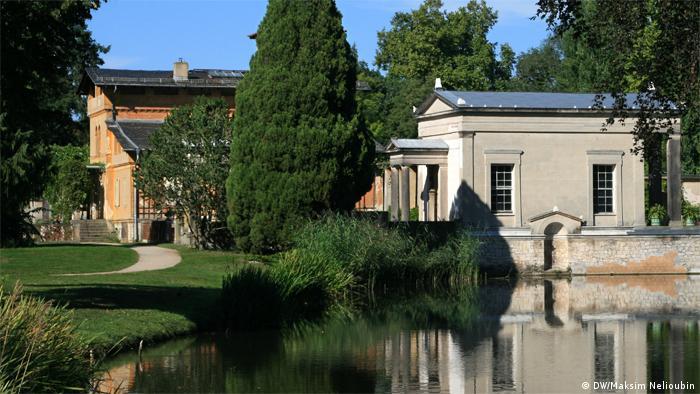 A lake with a lawn and Roman bath house buildings in Potsdam - (DW/Maksim Nelioubin)
