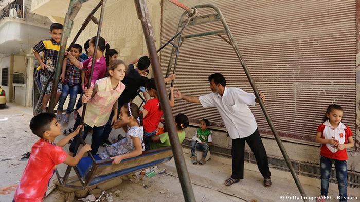 Syrien Opferfest Kinder auf einer Schaukel