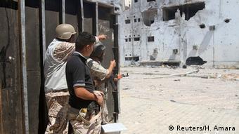 Lybien Armee und UN-Truppen patrouillieren nach einem Schlacht mit dem IS