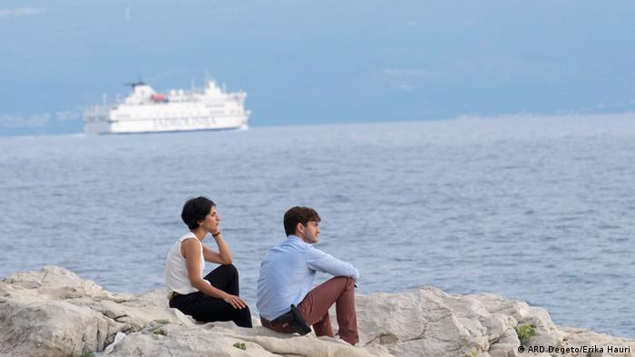 Inspektorica Branka i njezin kolega Emil - razgovor uz more
