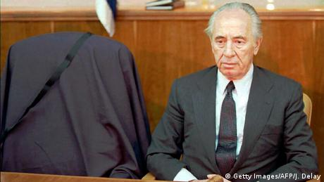 Prime Minister Peres sits next to an empty chair (Getty Images/AFP/J. Delay)