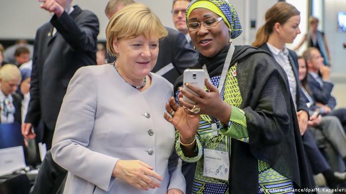 Parlamentarier aus Ghana im Bundestag macht Selfie mit Kanzlerin Angela Merkel (Foto: picture-alliance/dpa/M. Kappeler)