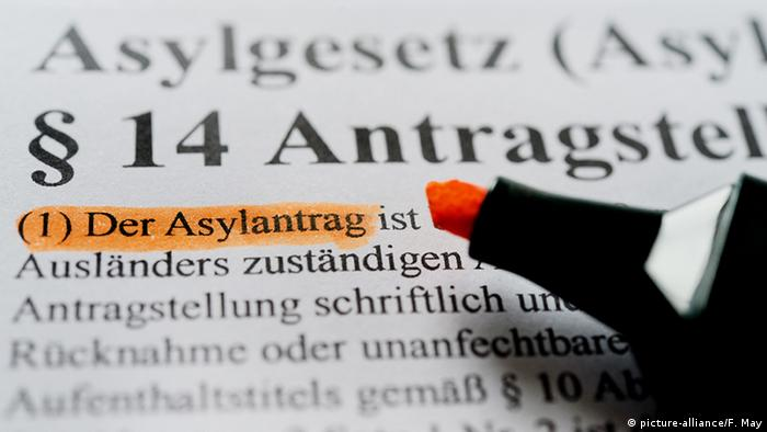 Deutschland Symbolbild Asylantrag (picture-alliance/F. May)