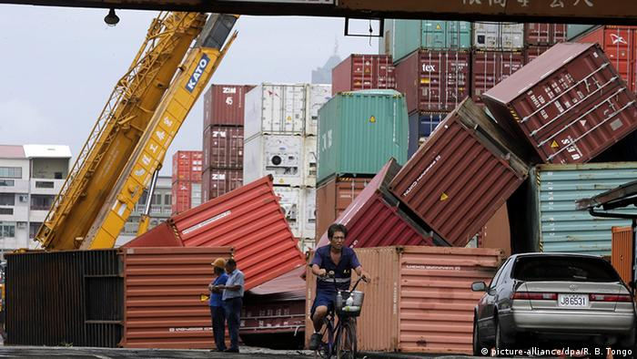 Freight containers (picture-alliance/dpa/R. B. Tongo)