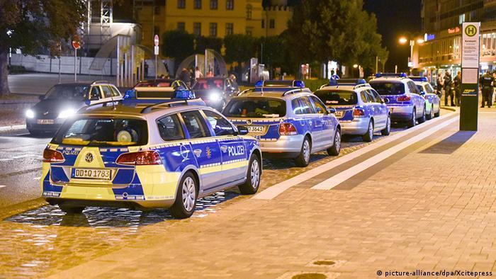 Полицейские автомобили в центре Бауцена в ночь на 15 сентября
