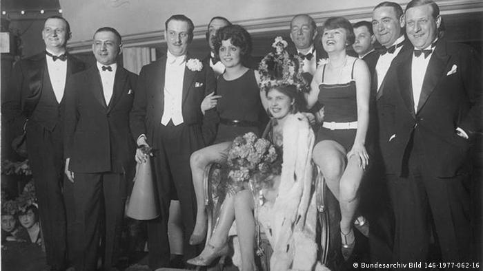 Hildegard Kwandt sitzt gekürt als Miss Germany 1927 inmitten der Jurymitglieder.