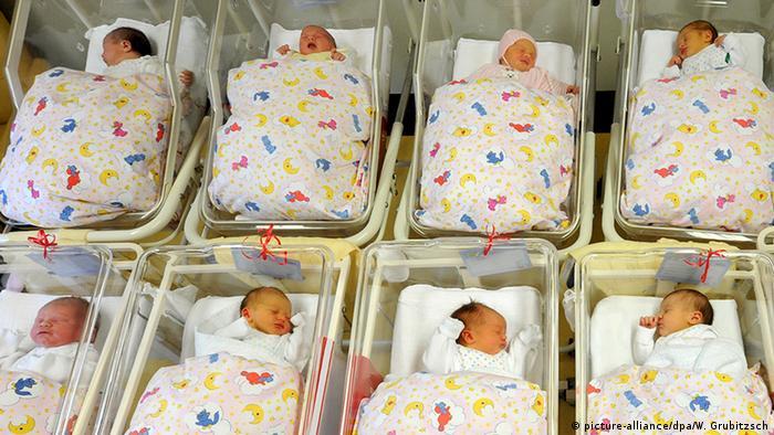 Deutschland Neugeborenenstation im Krankenhaus St. Elisabeth, Halle