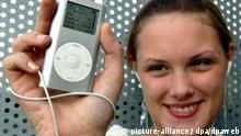 Die 17-jährige Fenna hört am Mittwoch (12.10.2005) in Frankfurt am Main auf ihrem iPod eine Radiosendung. Die Sendung hat sie sich aus dem Internet auf ihren tragbaren MP3-Player heruntergeladen. Möglich macht dies ein neues Medium: Podcast. Als Wort ist dies eine Verschmelzung von iPod (tragbarer MP3-Player von Apple) und Broadcast (Rundfunk). Der Nutzer kann Radiosendungen aus dem Netz herunterladen und sie hören, wann und wo er will. Auch etablierte Medienunternehmen bieten diese Hörbeiträge an. Foto: Christine Kokot dpa/lhe (zu dpa-KORR: Vielfalt zum Hören: Podcast-Verband will neues Medium stärken vom 12.10.2005) +++(c) dpa - Bildfunk+++