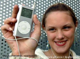 Eine Frau mit einem MP3-Spieler