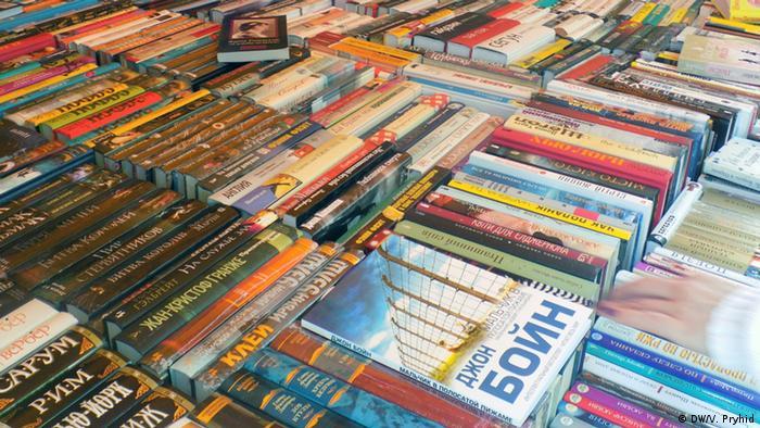 Чимало книг в Україні видається російською, частина - імпортується з РФ