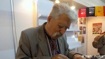 Дисидент Левко Лук'яненко роздає автографи