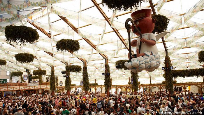 A figura pendurada no teto é o anjo Aloisius. Diz a lenda que ele está no céu, xingando porque não pode beber cerveja