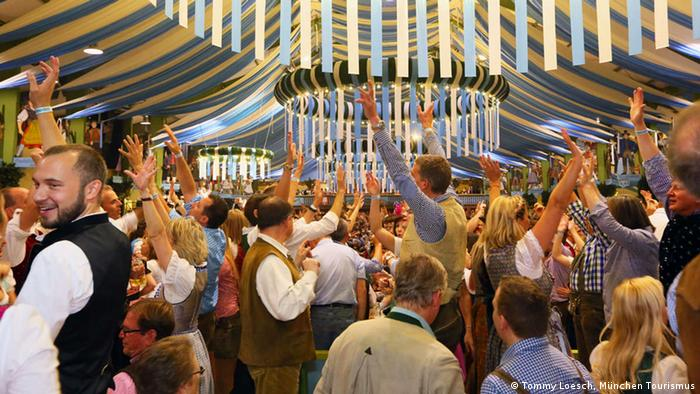 Beer tent at Oktoberfest, Copyright: Tommy Loesch, München Tourismus