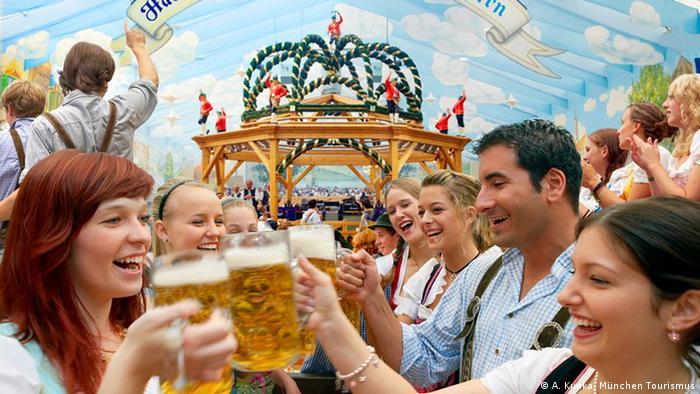 Também a cervejaria Hackerbräu tem uma grande tenda na festa em Munique