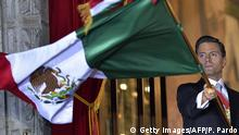 September 15, 2016 Mexican President Enrique Pena Nieto waves the Mexican National Flag on the main balcony of the National Palace during ceremonies called 'The Shout' marking the start of celebrations of Independence Day in Mexico City on September 15, 2016. / AFP / Pedro Pardo (Photo credit should read PEDRO PARDO/AFP/Getty Images) (c) Getty Images/AFP/P. Pardo