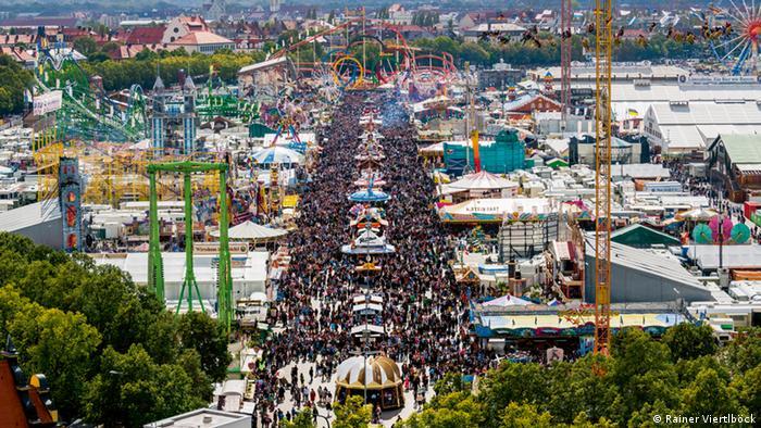 مرکز برگزاری این جشن محوطهی بزرگی به وسعت ۴۰ هکتار است که به چمنزار ترز شهرت دارد و در نزدیکی مونیخ واقع است.