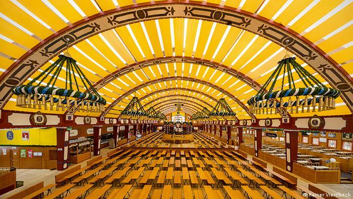 Leeres Bierzelt am Oktoberfest München (Foto: Rainer Viertlböck)
