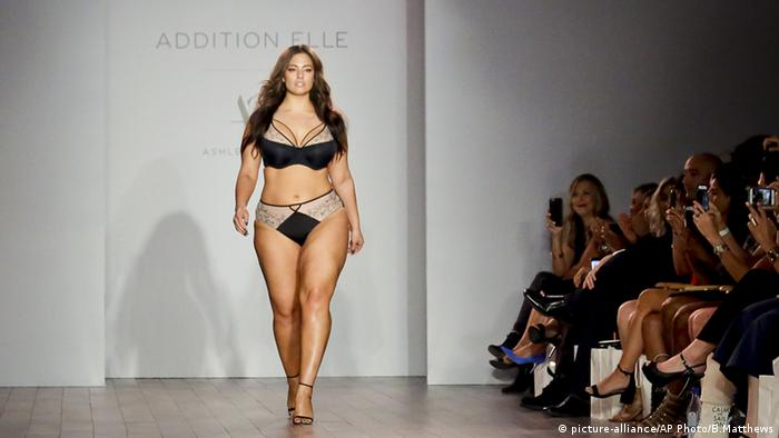 Ashley Graham Designer New York Fashion Week (picture-alliance/AP Photo/B.Matthews)