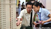 24.5.2013 *** Chinese homebuyers look at housing models during a real estate fair in Nantong city, east Chinas Jiangsu province, 24 May 2013. Surging credit has kept Chinas real-estate sector humming despite a renewed attempt by the government to bring prices under control, supporting short-term economic growth but risking a destabilizing decline in prices down the line. Average new home prices in Chinas 70 major cities rose 4.9% in April from a year earlier, according to official data published, marking the fourth straight month of year-on-year increase. Rising home prices have reignited concerns about property inflation and have forced the government to launch a fresh round of measures in March to try to cool them. Copyright: picture-alliance/dpa