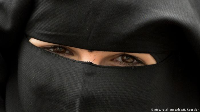A veiled woman (picture-alliance/dpa/B. Roessler)
