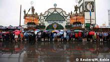 Oktoberfest 2016, ziua inaugurării. Vizitatorii stau la rând în ploaie (Foto: Reuters/M. Rehle)