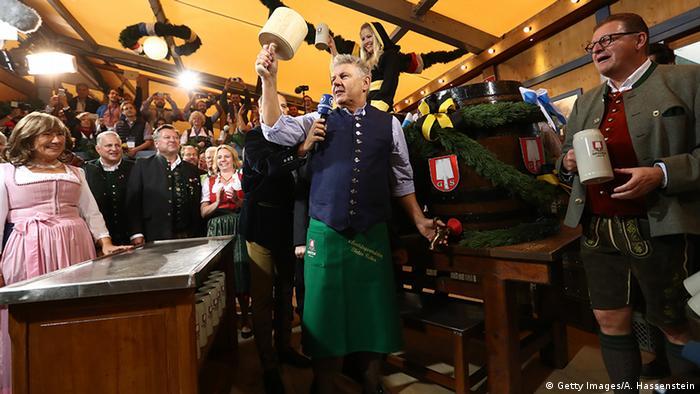 Deutschland Oktoberfest in München Eröffnungstag - OB Reiter O'zapft is!