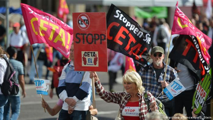 Demonstration gegen Ceta und TTIP in Stuttgart - Foto: picture-alliance/dpa/S. Stein