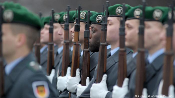 Bundeswehrsoldat afrikanischer Herkunft steht Spalier (Foto: picture-alliance/dpa/M. Heine)