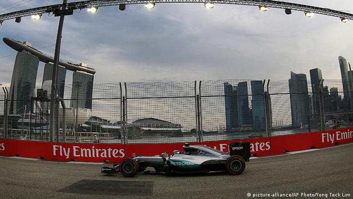 Formel 1 Grand Prix Marina Bay City Circuit in Singapur Nico Rosberg (picture-alliance/AP Photo/Yong Teck Lim)