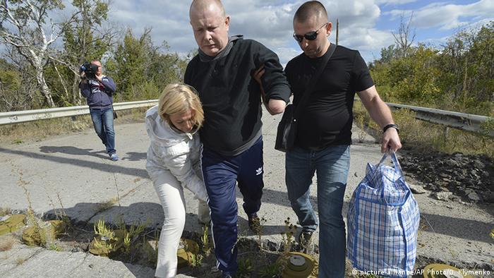 Володимир Жемчугов (ц), який в результаті обміну повернувся в Україну у вересні 2016 року