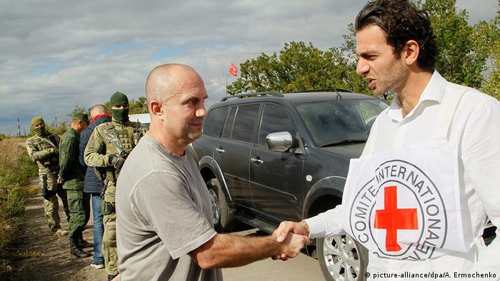 Під час обміну у вересні 2016 року - колишній боєць сепаратистів тисне руку представнику Червоного Хреста