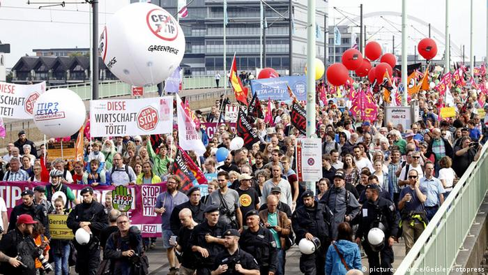 Demonstration gegen Ceta und TTIP in Köln (Foto: picture-alliance/Geisler-Fotopress)