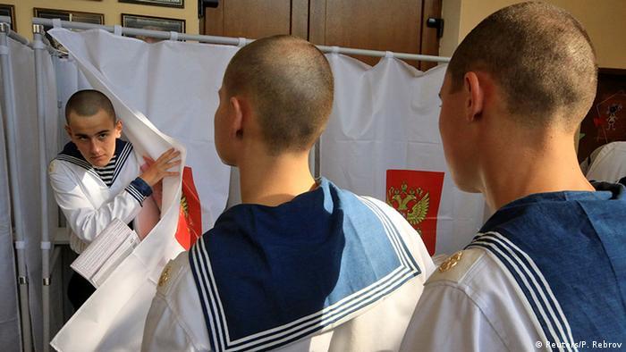 Российские моряки на участке для голосования в Севастополе в 2016 году (фото из архива)