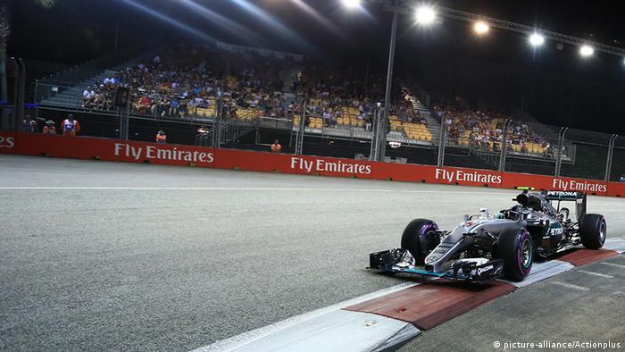 Formel-1-Pilot Nico Rosberg fährt in seinem Mercedes-Boliden auf dem Marina Bay City Circuit in Singapur (Foto: picture-alliance/Actionplus)